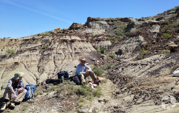 Jordan Mallon et Scott Rufolo assis par terre parmi les collines des badlands.