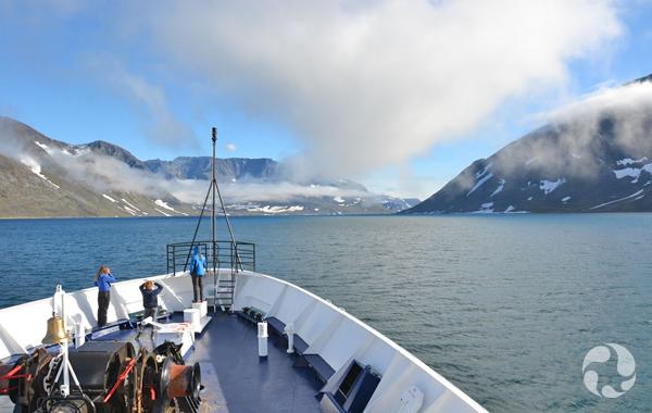 Vue sur le fjord prise de la proue du navire.