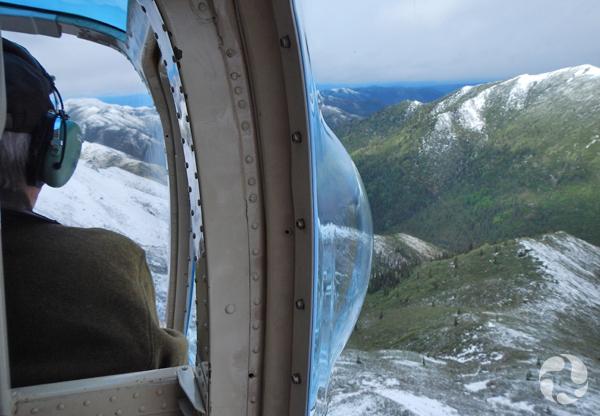 Vue sur les montagnes de l'intérieur de l'hélicoptère.