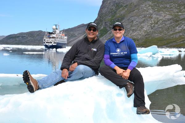 Paula Piilonen et son collègue Noel Alfonso assis sur un morceau de glace dans le port.