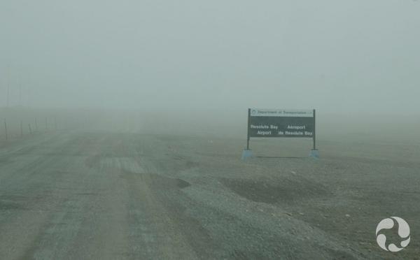 Une pancarte presque invisible dans le brouillard.