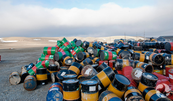 Dizaines de barils d'essence amoncelés.