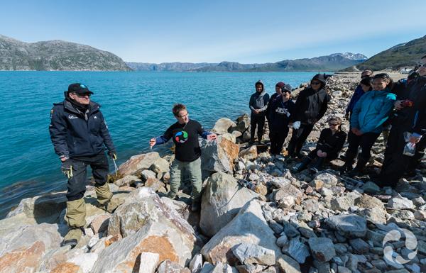 Paula Piilonen et des étudiants examinent des roches le long des rives du site minier.