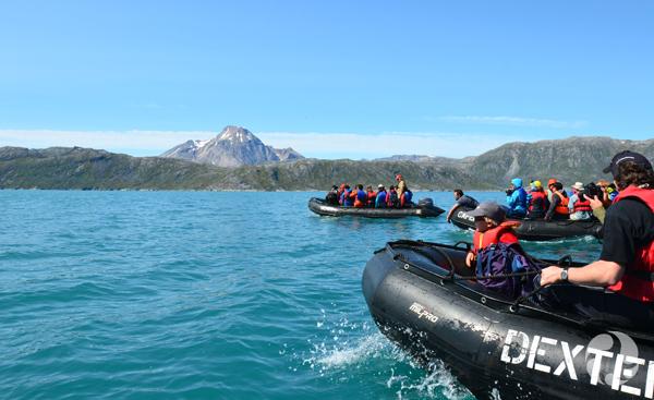 Des gens dans des zodiacs au fjord d'Arsuk.