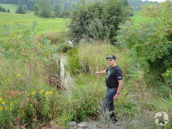 Noel Alfonso debout près d'un affluent le long de la rivière Hudson.