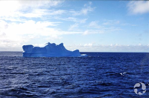 Iceberg flottant sur l'eau.