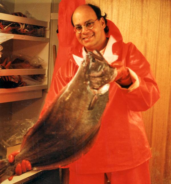 Noël Alfonso tenant un flétan du Groenland.