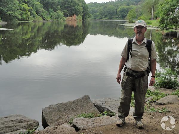 Claude Renaud debout près du lac Van Cortlandt.