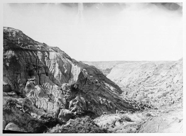 Photo d'époque en noir et blanc. Vue panoramique d'une gorge sinueuse et de sa rivière.