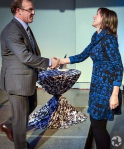 La lauréate dans la catégorie Individus Mylène Paquette donne la main au membre du jury Geoff Green après l'annonce de sa victoire.