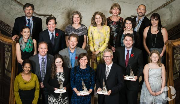 Photo de groupe des lauréats, membres du jury et finalistes qui ont assisté au gala de remise des prix.