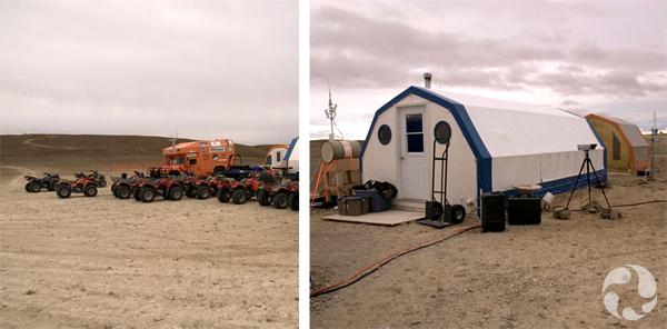 Collage : Un camion et une douzaine de VTT dans un paysage désolé, deux abris temporaires.