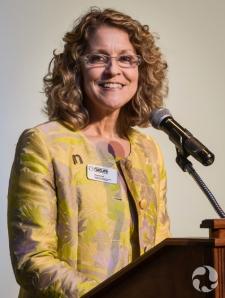 Meg Beckel au podium.