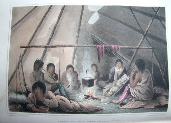 Illustration en couleur présentant huit personnes assises autour d'un feu, à l'intérieur d'une tente. Un chaudron pend au-dessus du feu.