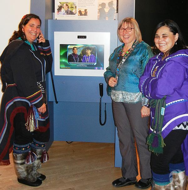 Trois femmes debout à côté du kiosque de chant guttural.