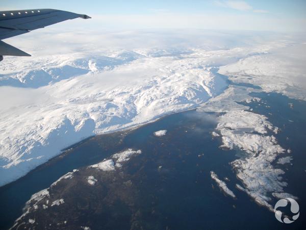 Vue aérienne d'une étendue de terre enneigée en bordure de l'eau.