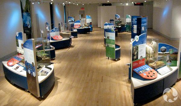 Plusieurs modules d'exposition dans une grande salle.