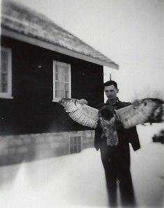 Une photo d'archives montrant un homme qui tient par les ailes un Grand-Duc d'Amérique mort.