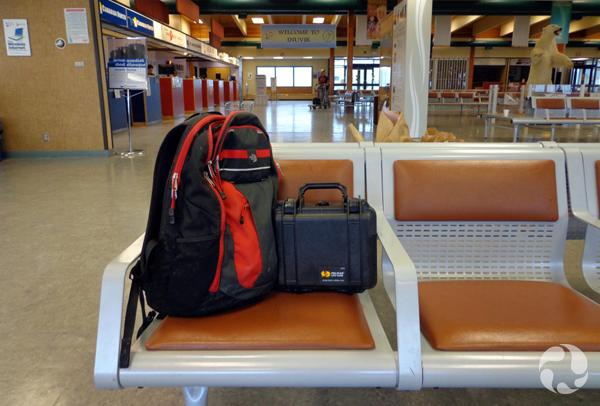 Un sac et une petite mallette posés sur un siège.