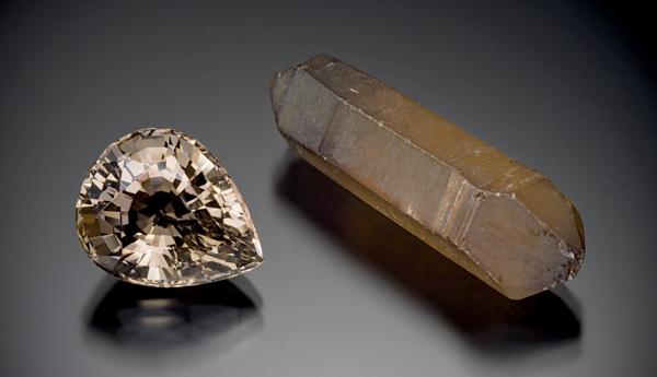 Deux cristaux de quartz fumé, un taillé et un brut.