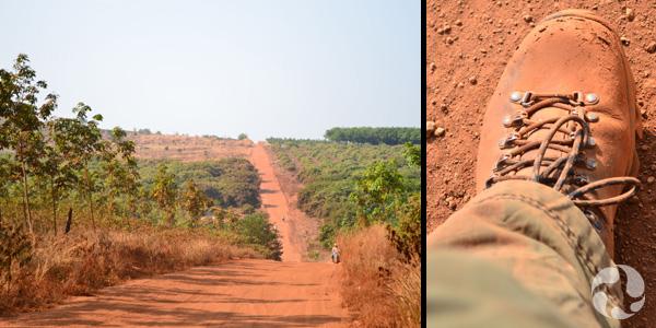 Collage de photos : Route de terre ocre traversant une campagne. Plan rapproché d'une botte de marche couverte de poussière ocre.