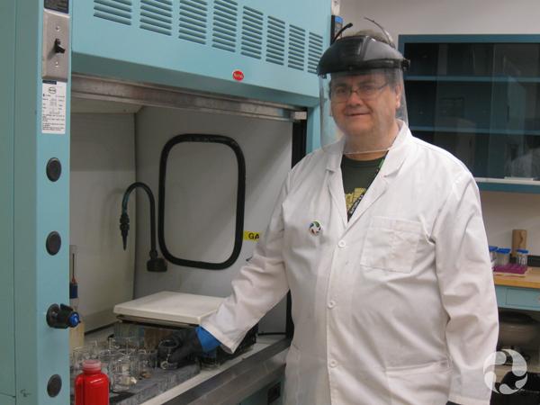Un homme portant un équipement protecteur dans un laboratoire.