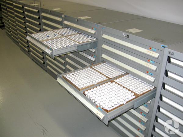 Une rangée d'armoires avec quelques tiroirs ouverts.