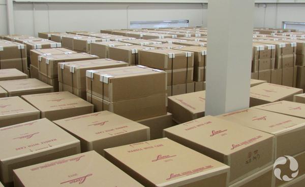 Des boîtes empilées dans une salle.