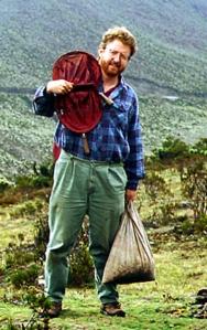 Bob Anderson dans un paysage montagneux, tenant son équipement de collecte.