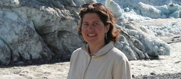 Photo d'une femme devant un paysage de glace et de neige.