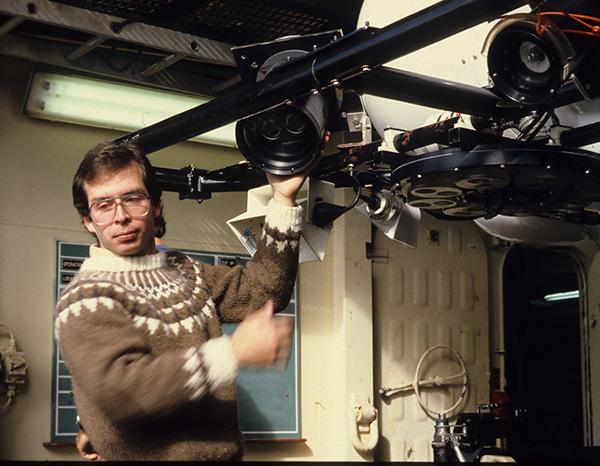 En 1985, Jean-Marc Gagnon fait des ajustements à une caméra.