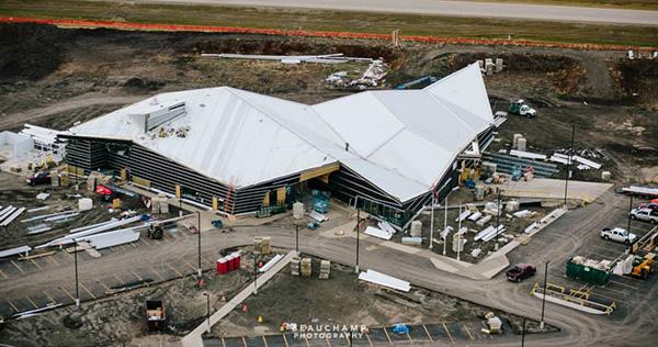 Vue aérienne d'un édifice en construction.