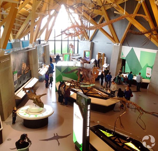 Des visiteurs dans une salle du musée.