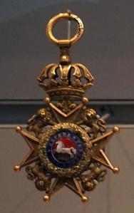 Une médaille dans une vitrine.
