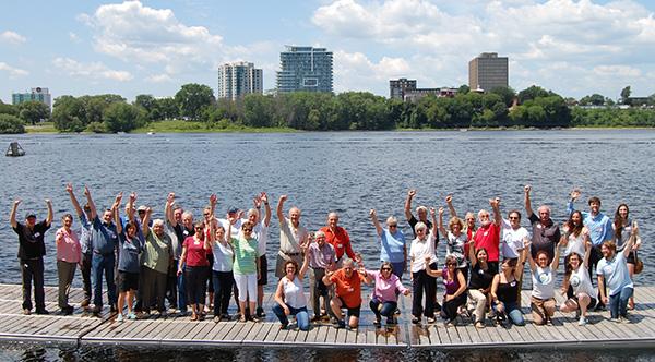 Groupe de personnes sur un quai sur la rivière.