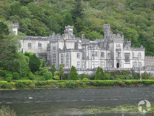Un château sur la rive d'un cours d'eau.