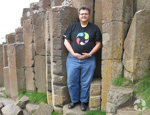 Un homme devant des pierres.