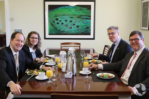 Meg Beckel et trois collègues assis à une table.