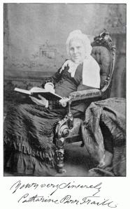 Une photo ancienne de Catharine Parr Traill avec, en dessous, des salutations écrites de sa main.