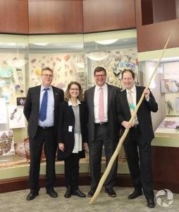 Meg Beckel debout avec d'autres directeurs de musée.
