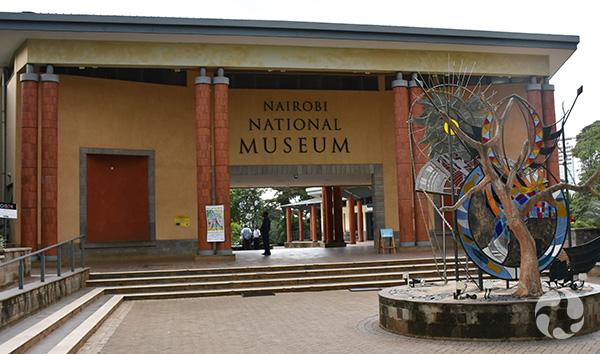 Entrée du Nairobi National Museum, qui comprend une cour intérieure et une sculpture à l'avant.