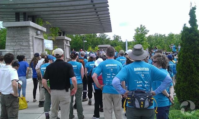 Un regroupement de plusieurs dizaines de personnes debout.