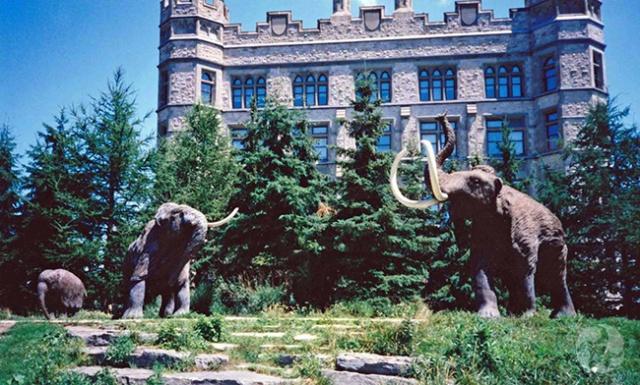 Une photo des trois sculptures de mammouth datant de 1998.