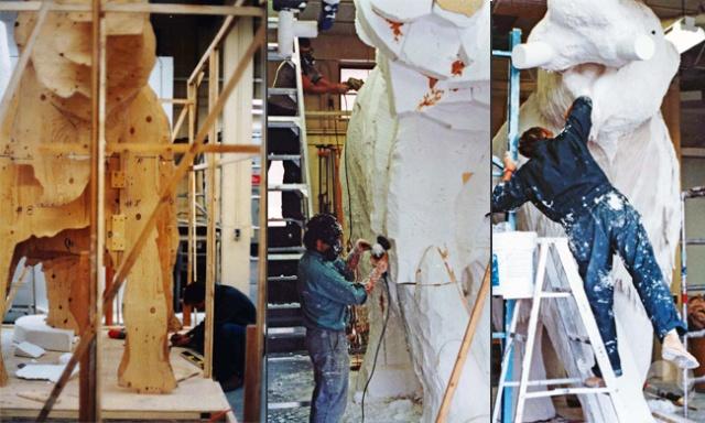 Trois images, dont l'une présente gabarits en contreplaqué d'une version grandeur nature du mammouth et les deux autres montrent des gens en train d'ajouter la styromousse et de sculpter le plâtre du modèle de mammouth.