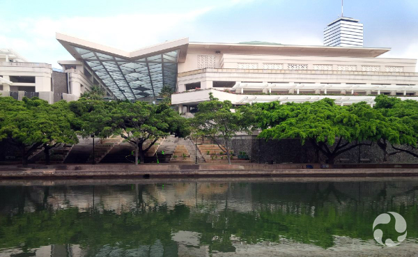 Un édifice sur les rives d'un cours d'eau.