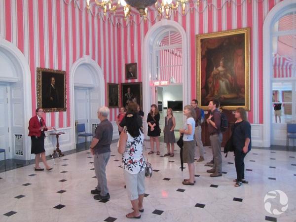 Une salle tapissée d'un papier peint comportant de larges rayures.