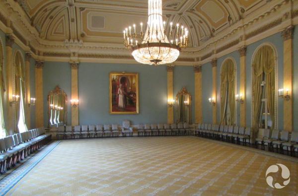 Une salle ornementée, comportant de très hauts plafonds.