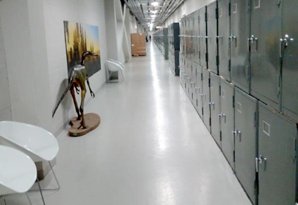 Des armoires alignées le long d'un corridor.
