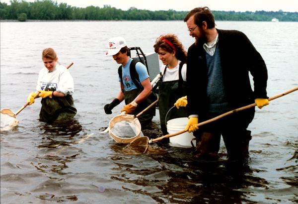 Les gens debout dans la rivière