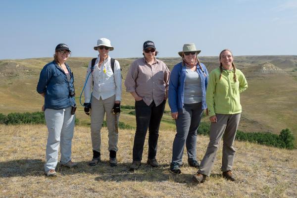 Cinq chercheurs se tenant dans le parc national des Prairies